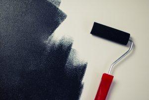 Asuntosijoittaja maalaa seinää